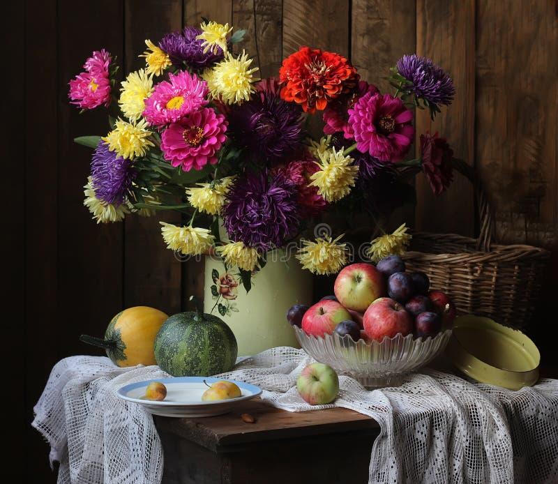 Ακόμα ζωή με τα λουλούδια, φρούτα και λαχανικά στο εξοχικό σπίτι στοκ φωτογραφία με δικαίωμα ελεύθερης χρήσης