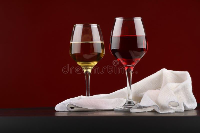 Ακόμα ζωή με τα ποτήρια του κόκκινου και άσπρου κρασιού στοκ φωτογραφία με δικαίωμα ελεύθερης χρήσης