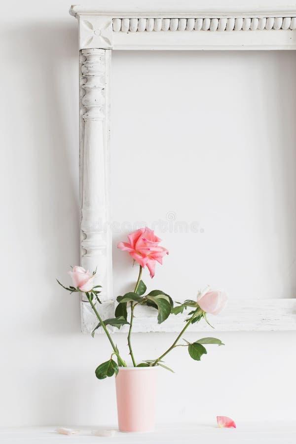 Ακόμα ζωή με τα ρόδινα τριαντάφυλλα στο άσπρο υπόβαθρο vaseon στοκ φωτογραφία με δικαίωμα ελεύθερης χρήσης