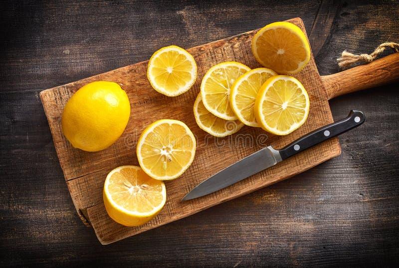Ακόμα ζωή με τα φρέσκα λεμόνια στοκ εικόνα