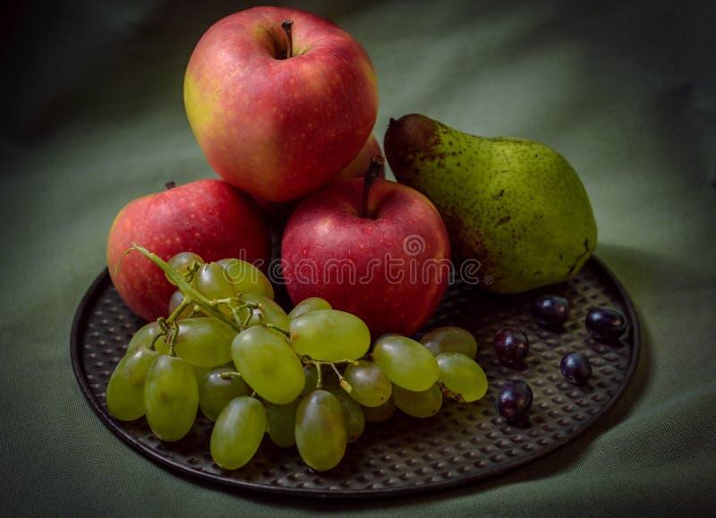 Ακόμα ζωή με τα φρούτα, σκοτάδι που ορίζεται στοκ φωτογραφία