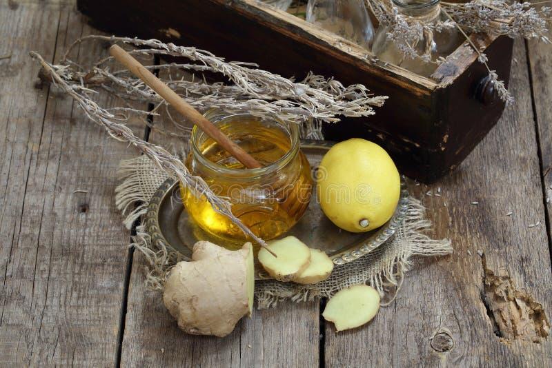 Ακόμα ζωή με την πιπερόριζα, το λεμόνι, το μέλι και τα χορτάρια de Προβηγκία στοκ εικόνες