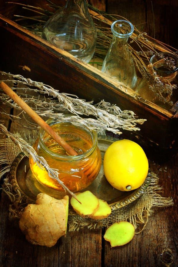 Ακόμα ζωή με την πιπερόριζα, το λεμόνι, το μέλι και τα χορτάρια de Προβηγκία στοκ φωτογραφία