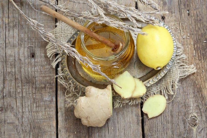 Ακόμα ζωή με την πιπερόριζα, το λεμόνι, το μέλι και τα χορτάρια de Προβηγκία στοκ φωτογραφία με δικαίωμα ελεύθερης χρήσης