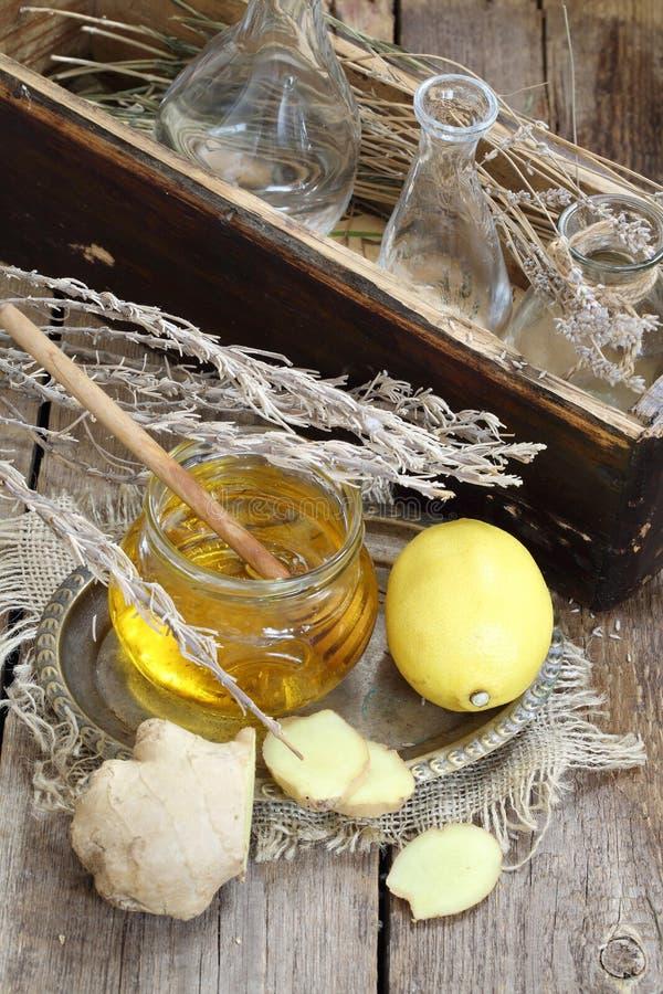 Ακόμα ζωή με την πιπερόριζα, το λεμόνι, το μέλι και τα χορτάρια de Προβηγκία στοκ φωτογραφίες