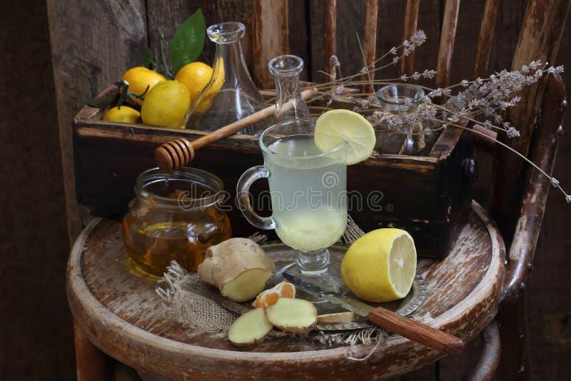 Ακόμα ζωή με την πιπερόριζα, το λεμόνι, το μέλι και τα χορτάρια de Προβηγκία στοκ εικόνα