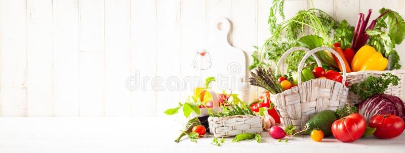 Ακόμα ζωή με τους διάφορους τύπους φρέσκων λαχανικών στοκ εικόνες