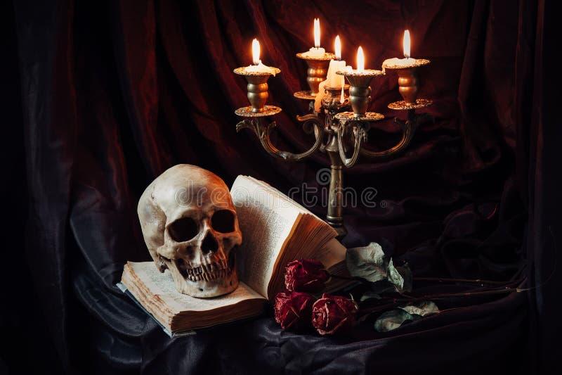 Ακόμα ζωή με το κρανίο, το βιβλίο και το κηροπήγιο στοκ φωτογραφία με δικαίωμα ελεύθερης χρήσης