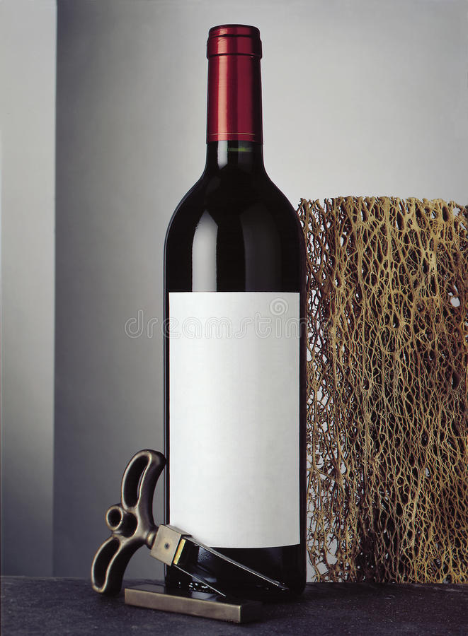 Ακόμα ζωή με το μπουκάλι του κόκκινου κρασιού στοκ εικόνα με δικαίωμα ελεύθερης χρήσης