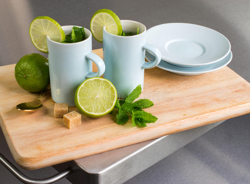 Ακόμα ζωή με το φρέσκους τσάι και τον ασβέστη μεντών στοκ εικόνες με δικαίωμα ελεύθερης χρήσης