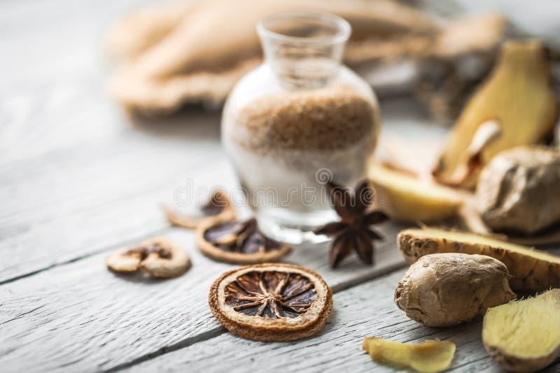 ακόμα ζωή της φρέσκιας πιπερόριζας με μια ξύλινη ζάχαρη κουταλιών στοκ φωτογραφίες