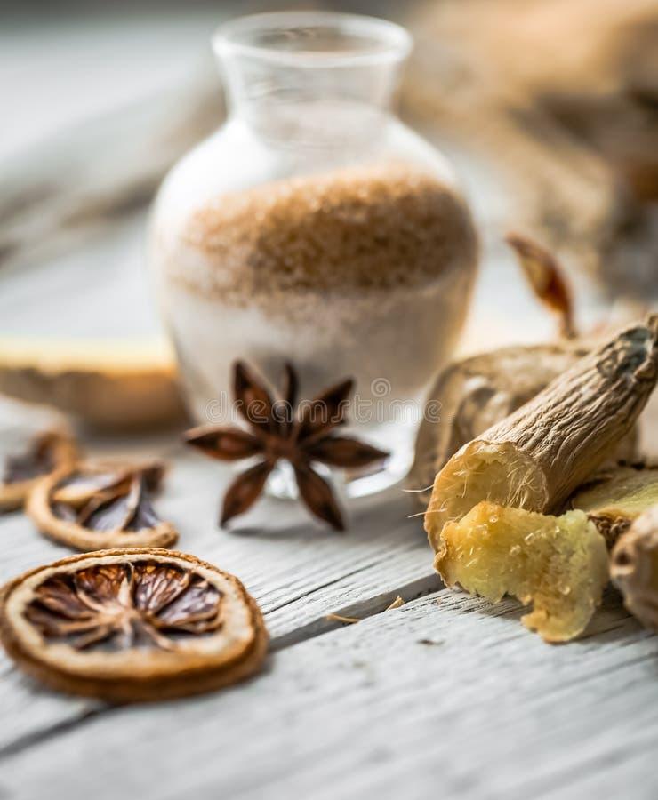 ακόμα ζωή της φρέσκιας πιπερόριζας με μια ξύλινη ζάχαρη κουταλιών στοκ φωτογραφίες με δικαίωμα ελεύθερης χρήσης