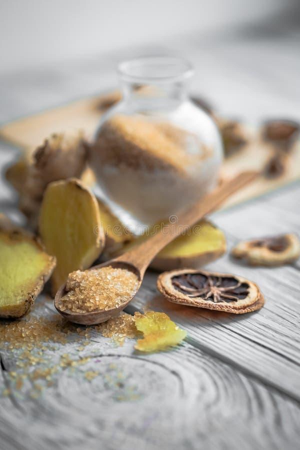 ακόμα ζωή της φρέσκιας πιπερόριζας με μια ξύλινη ζάχαρη κουταλιών στοκ εικόνα