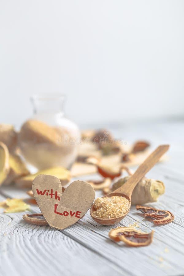 ακόμα ζωή της φρέσκιας πιπερόριζας με μια ξύλινη ζάχαρη κουταλιών στοκ εικόνες