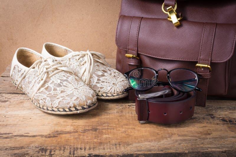 Ακόμα ζωή του παπουτσιού με τα γυαλιά, την τσάντα δέρματος και τη ζώνη δέρματος επάνω στοκ φωτογραφίες με δικαίωμα ελεύθερης χρήσης