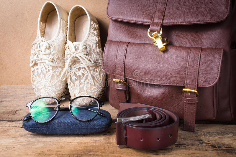 Ακόμα ζωή του παπουτσιού με τα γυαλιά, την τσάντα δέρματος και τη ζώνη δέρματος επάνω στοκ εικόνες