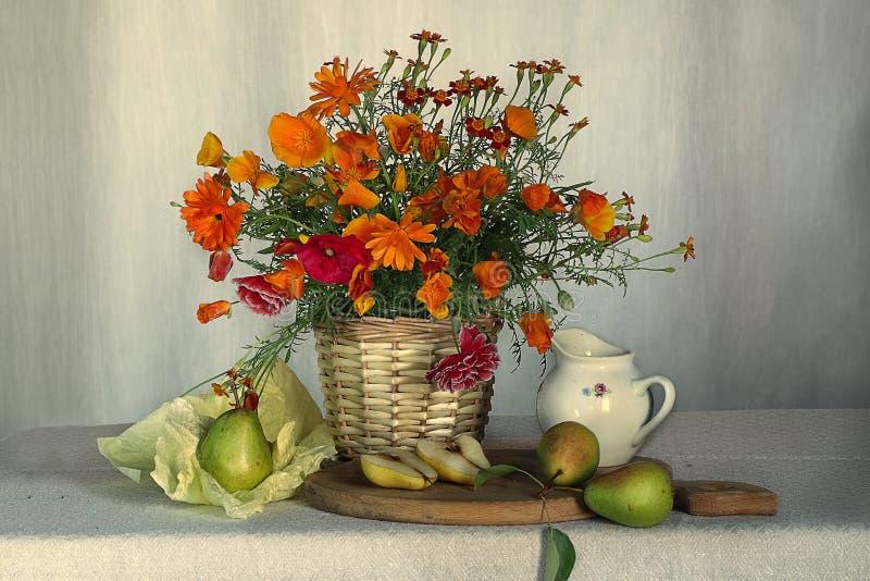 Ακόμα ζωή των λουλουδιών και των φρούτων στον πίνακα στοκ φωτογραφία με δικαίωμα ελεύθερης χρήσης