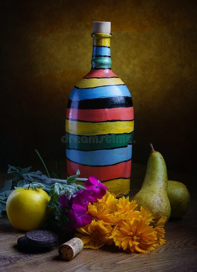Ακόμα ζωή, χειροποίητο μπουκάλι με το κρασί και φρούτα στοκ εικόνες με δικαίωμα ελεύθερης χρήσης