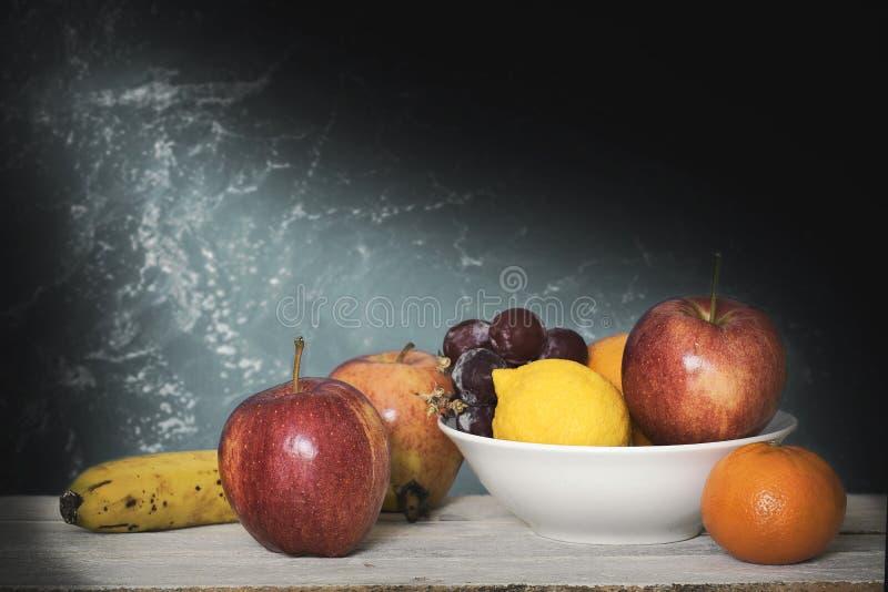 Ακόμα σκηνή ζωής με μερικά φρούτα σε ένα άσπρο ξύλινο ράφι σε ένα άσπρο κλίμα r στοκ φωτογραφία με δικαίωμα ελεύθερης χρήσης