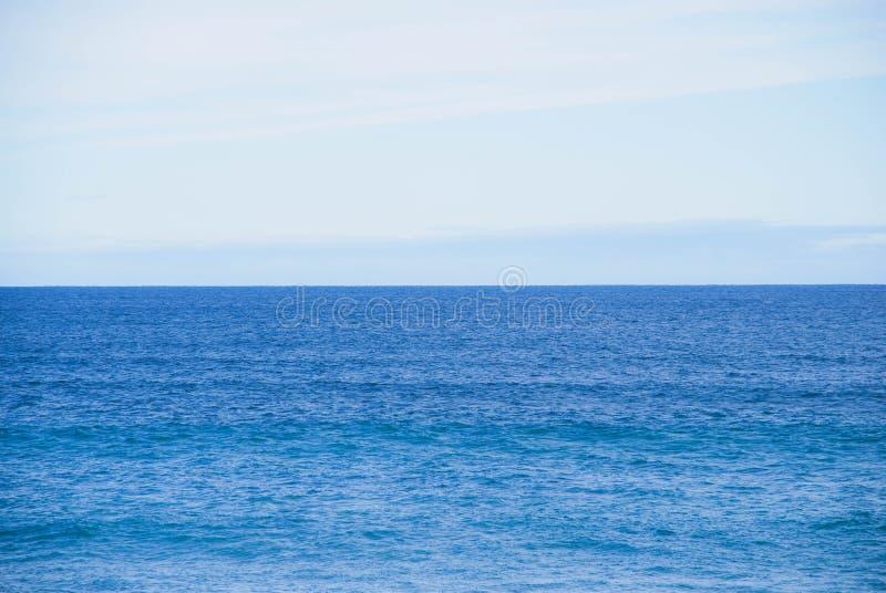Ακόμα ωκεάνιος ορίζοντας, κανένα κύμα, κανένα αντικείμενο κατά την άποψη, ευθεία ίσαλη γραμμή στοκ εικόνες με δικαίωμα ελεύθερης χρήσης