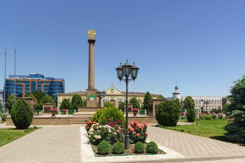 Αλέα και επιτύμβια στήλη λουλουδιών με την κάλυψη των όπλων της Ρωσίας προς τιμή την απονομή στην πόλη του τίτλου στοκ εικόνα