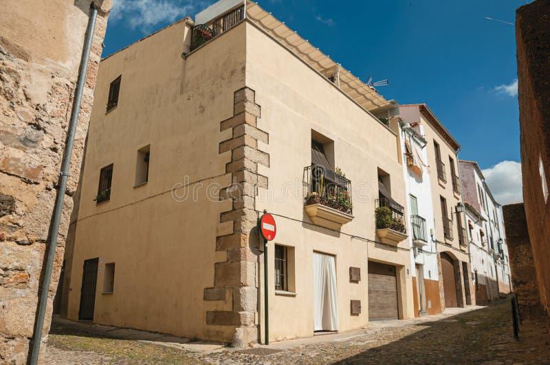 Αλέα με τα παλαιά σπίτια και κανένα σημάδι κυκλοφορίας εισόδων σε Caceres στοκ εικόνες