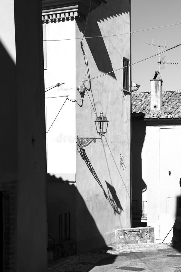 Αλέα του ιταλικού χωριού με τη θέση λαμπτήρων στοκ φωτογραφία
