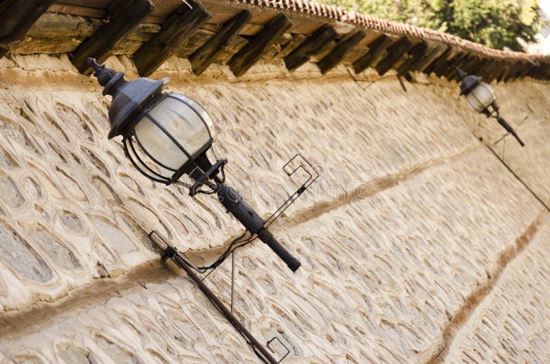 Αλέα του Λονδίνου με τον παλαιούς τοίχο και το φωτεινό σηματοδότη πετρών στοκ εικόνες