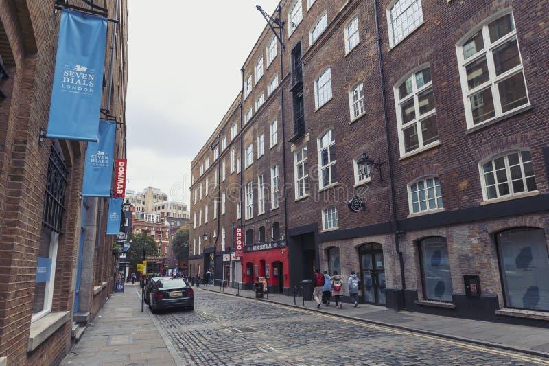 Αλέα Cobbled της οδού Earlham που βλέπει από τους επτά πίνακες, κεντρικό Λονδίνο, UK στοκ φωτογραφίες