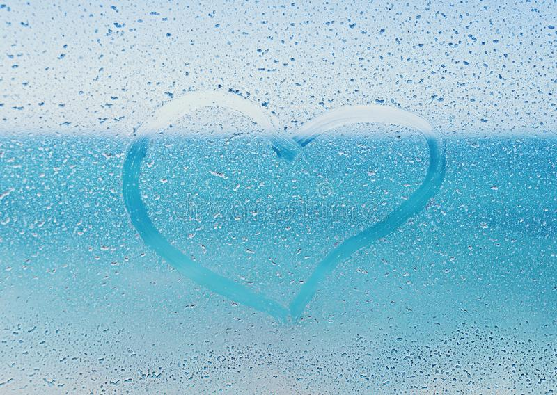 Αλατισμένη καρδιά που χρωματίζεται στο γυαλί παραθύρων με μια άποψη του ωκεανού στοκ φωτογραφίες με δικαίωμα ελεύθερης χρήσης