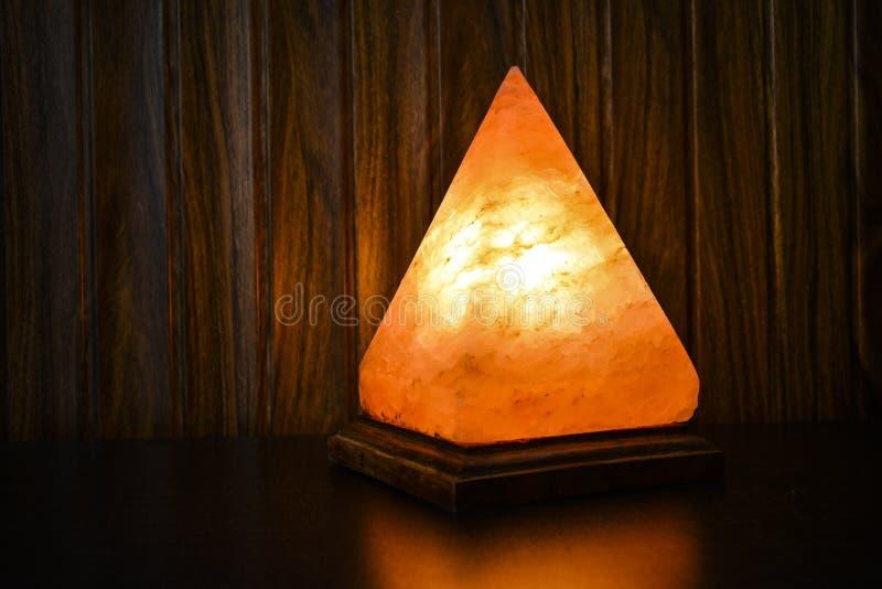 Αλατισμένος λαμπτήρας πυραμίδων | Άλας Himalayan στοκ εικόνα με δικαίωμα ελεύθερης χρήσης