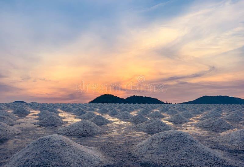 Αλατισμένο αγρόκτημα το πρωί με τον ουρανό ανατολής πέρα από το βουνό Οργανικό άλας θάλασσας Εξάτμιση και κρυστάλλωση του θαλάσσι στοκ εικόνες με δικαίωμα ελεύθερης χρήσης