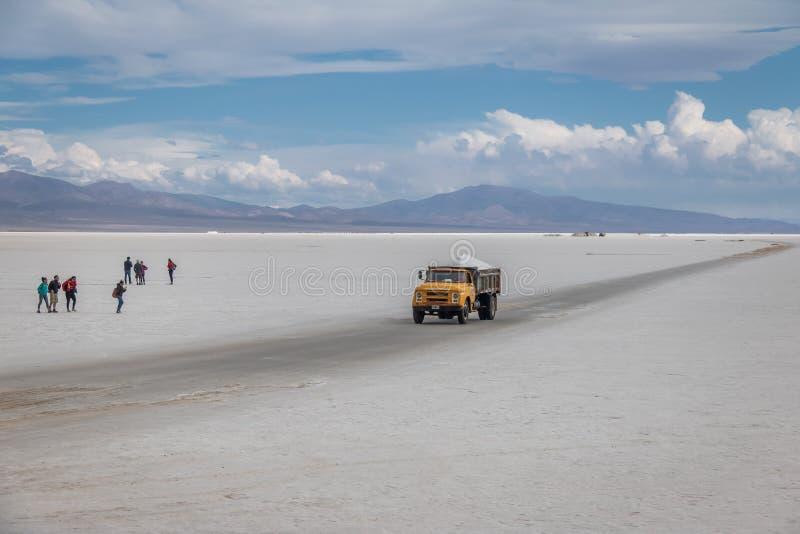 Αλατισμένο φορτηγό στο αλατισμένο επίπεδο Grandes αλυκών - Jujuy, Αργεντινή στοκ φωτογραφίες