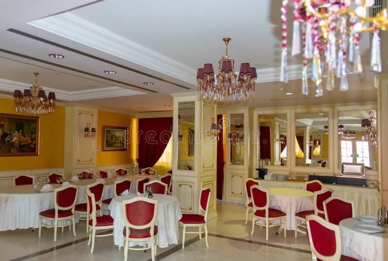 ΑΛΒΑΝΙΑ, FIER - 2 ΦΕΒΡΟΥΑΡΊΟΥ 2015: Εσωτερικό εστιατορίων, μέρος του ξενοδοχείου Fieri στοκ φωτογραφία