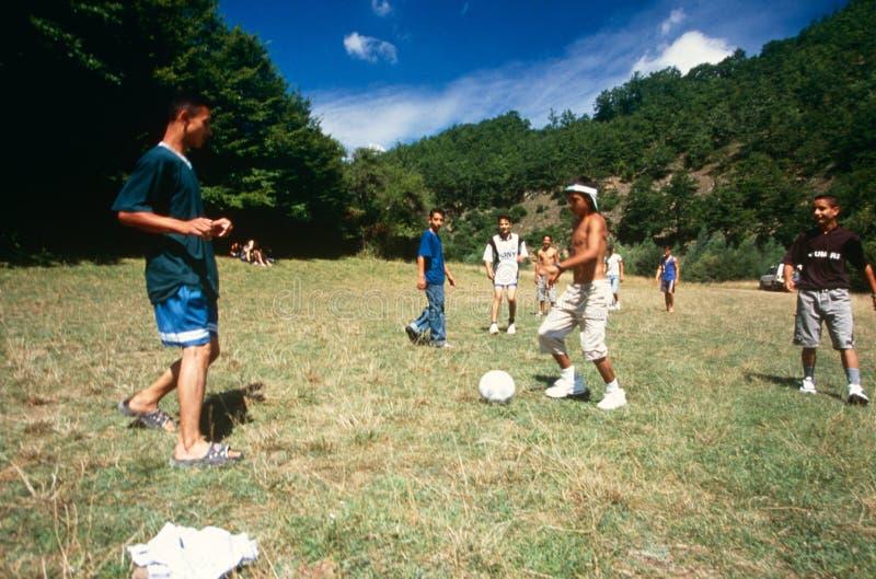 Αλβανικά και σερβικά παιδιά που παίζουν, Κόσοβο. στοκ φωτογραφία με δικαίωμα ελεύθερης χρήσης