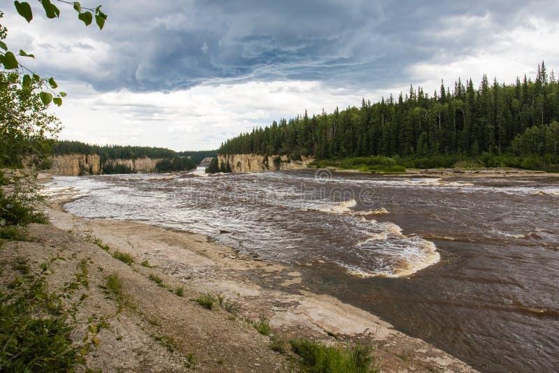 Αλεξάνδρα Falls πέφτει 32 μέτρα πέρα από τον ποταμό σανού, δίδυμα πτώσεων βορειοδυτικά εδάφη πάρκων φαραγγιών εδαφικά, Καναδάς στοκ εικόνα