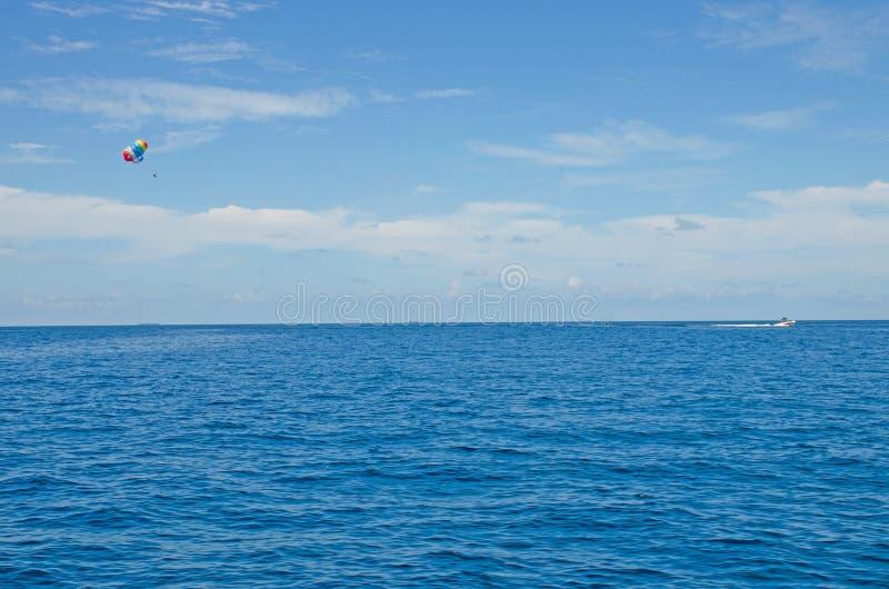 Αλεξίπτωτο στον ουρανό πέρα από τους ινδικούς ωκεανούς το νησί των Μαλδίβες στοκ φωτογραφίες