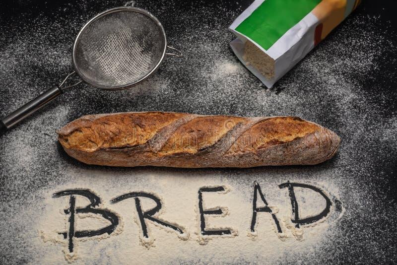 αλεύρι ψωμιού Πρόσφατα ψημένο baguette στο μαύρο υπόβαθρο στοκ φωτογραφία με δικαίωμα ελεύθερης χρήσης