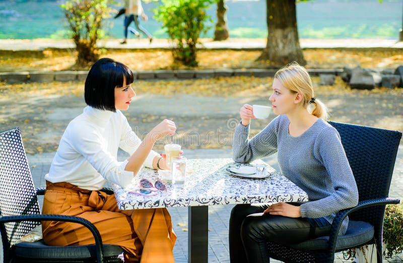 Αληθινές φιλικές στενές σχέσεις φιλίας Την εμπιστευθείτε Οι φίλοι κοριτσιών πίνουν τον καφέ και απολαμβάνουν τη συζήτηση Συνεδρία στοκ εικόνα