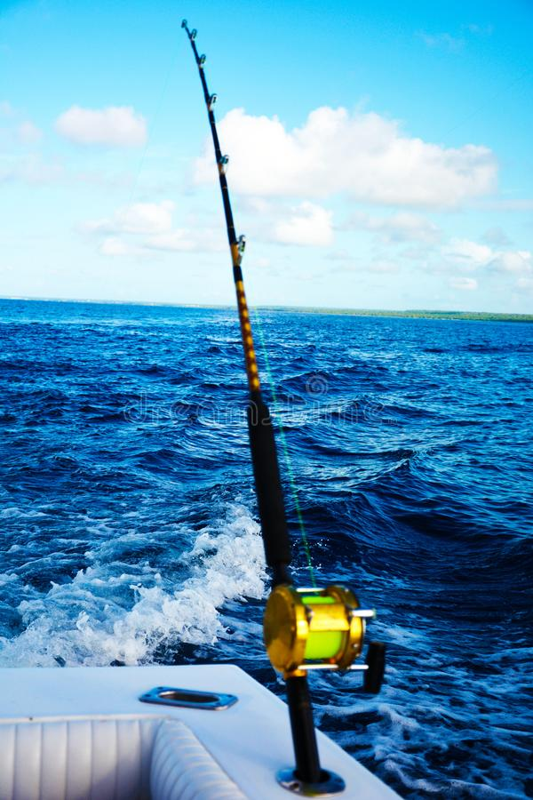 Αλιεία από ένα γιοτ στον ωκεανό στοκ εικόνα με δικαίωμα ελεύθερης χρήσης
