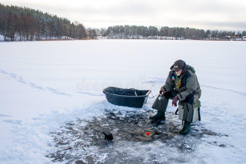 Αλιεία σε μια παγωμένη λίμνη το χειμώνα στοκ φωτογραφία με δικαίωμα ελεύθερης χρήσης