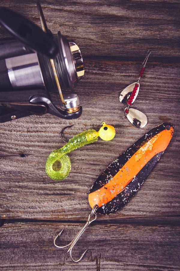 Αλιεία της ράβδου με το θέλγητρο πέρα από το ξύλο στοκ φωτογραφία