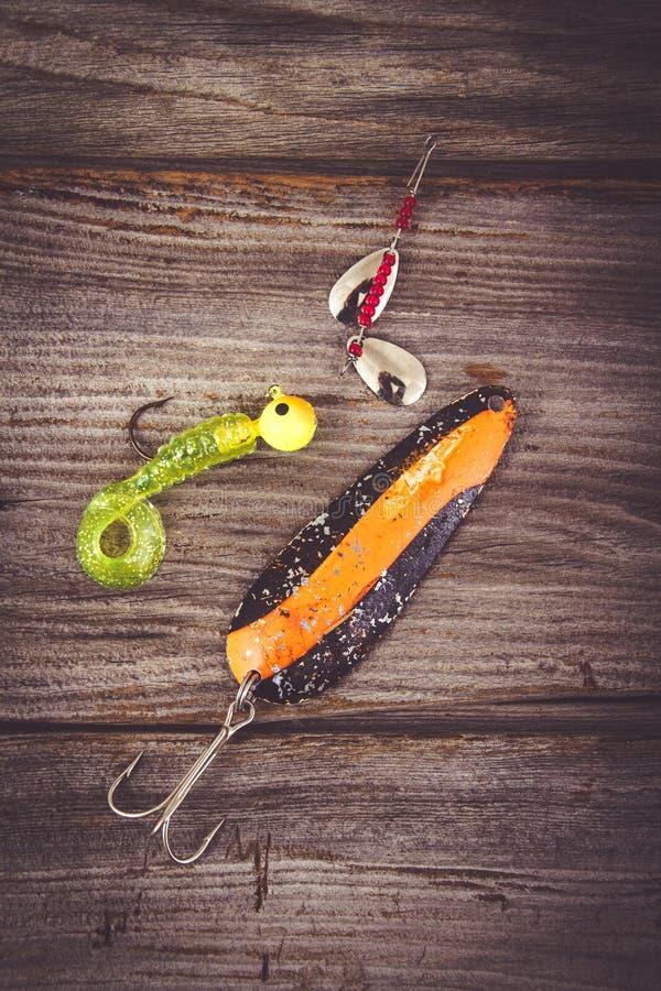 Αλιεία της ράβδου με το θέλγητρο πέρα από το ξύλο στοκ φωτογραφίες