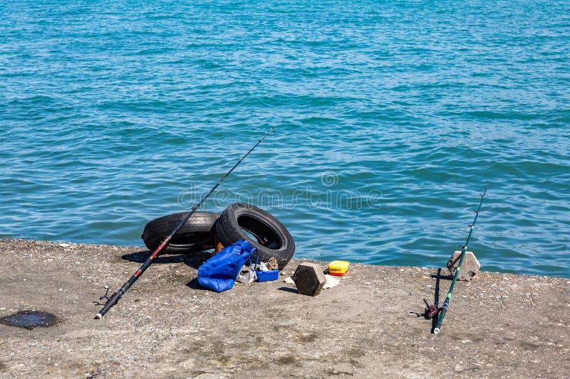 Αλιεία των ράβδων στην ακτή της λίμνης στοκ φωτογραφία με δικαίωμα ελεύθερης χρήσης