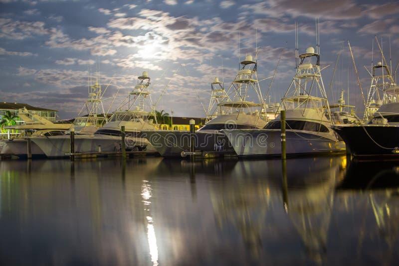 Αλιευτικά σκάφη κάτω από ένα φεγγάρι αύξησης στοκ φωτογραφία με δικαίωμα ελεύθερης χρήσης