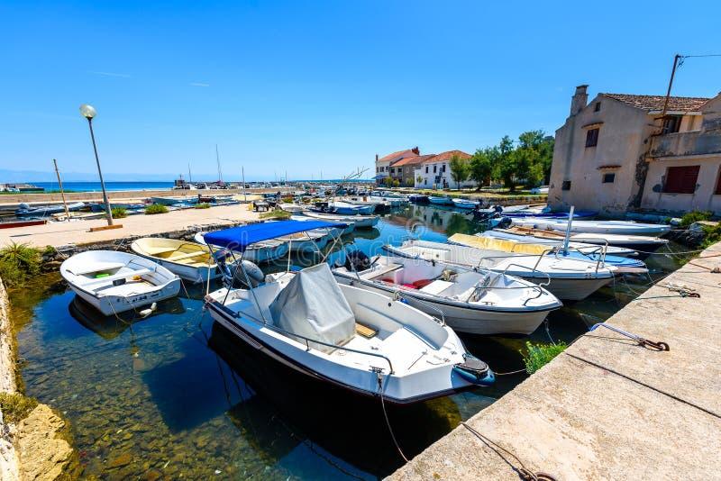 Αλιευτικά σκάφη που δένονται στο λιμάνι ή το λιμένα σε Silba, Κροατία στοκ εικόνα