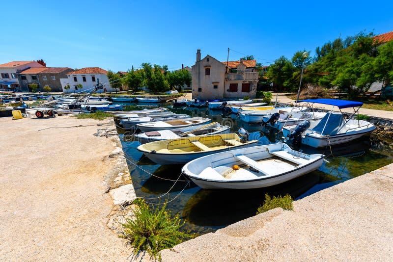Αλιευτικά σκάφη που δένονται στο λιμάνι ή το λιμένα σε Silba, Κροατία στοκ φωτογραφία