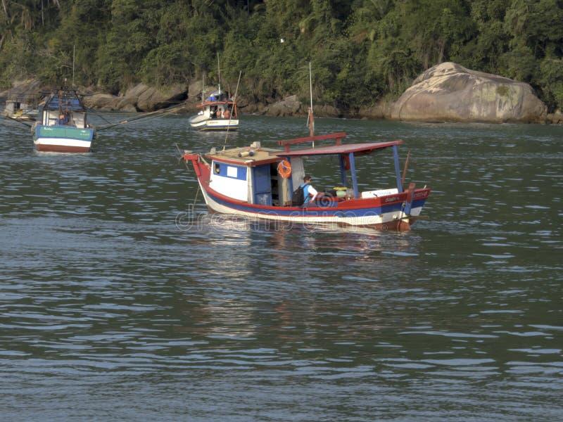 Αλιευτικά σκάφη στην παραλία Pereque σε Guaruja, Βραζιλία στοκ εικόνες