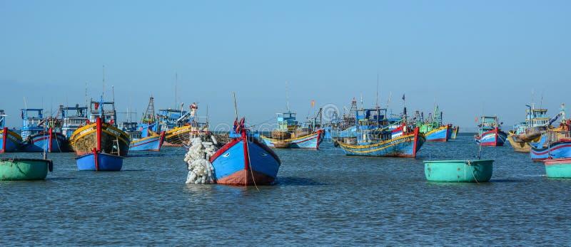 Αλιευτικά σκάφη στη θάλασσα σε Nha Trang, Βιετνάμ στοκ φωτογραφία με δικαίωμα ελεύθερης χρήσης