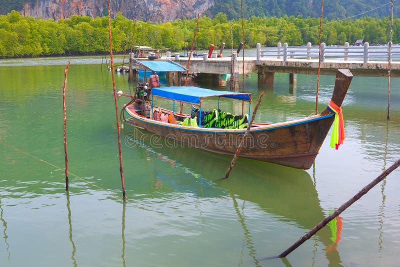 Αλιευτικό σκάφος ή ταϊλανδική μακριά βάρκα ουρών στο όμορφο χρώμα του wa στοκ φωτογραφία